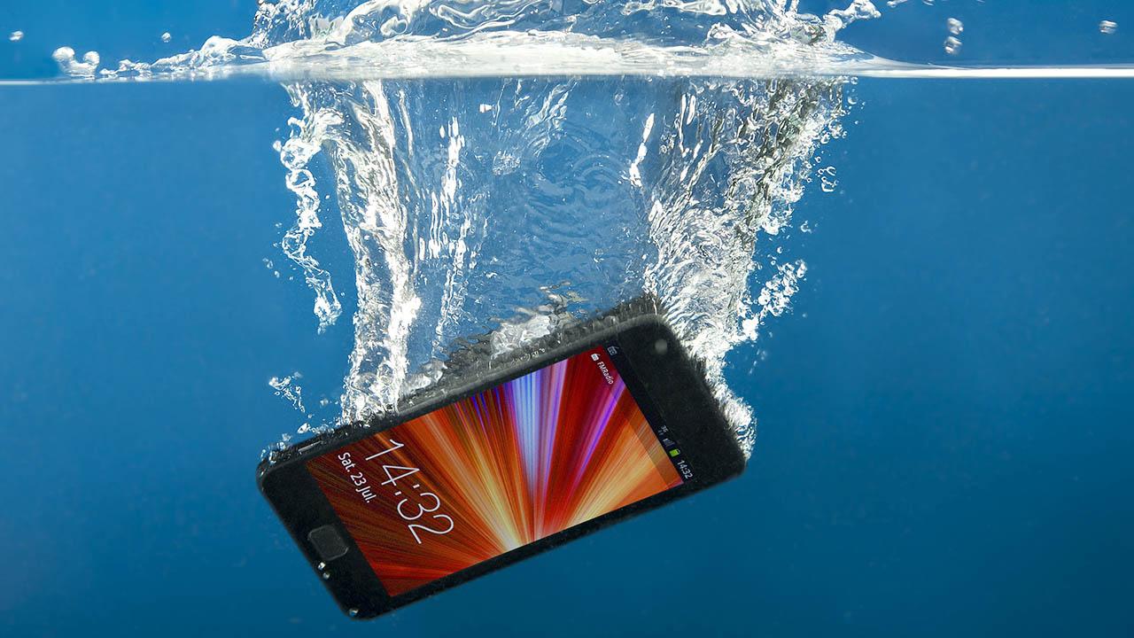 Как попытаться спасти упавший в воду телефон