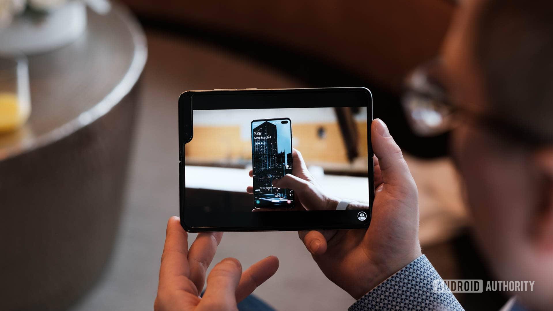 """Samsung заявили, что Galaxy Fold требует """"особого уровня заботы"""""""