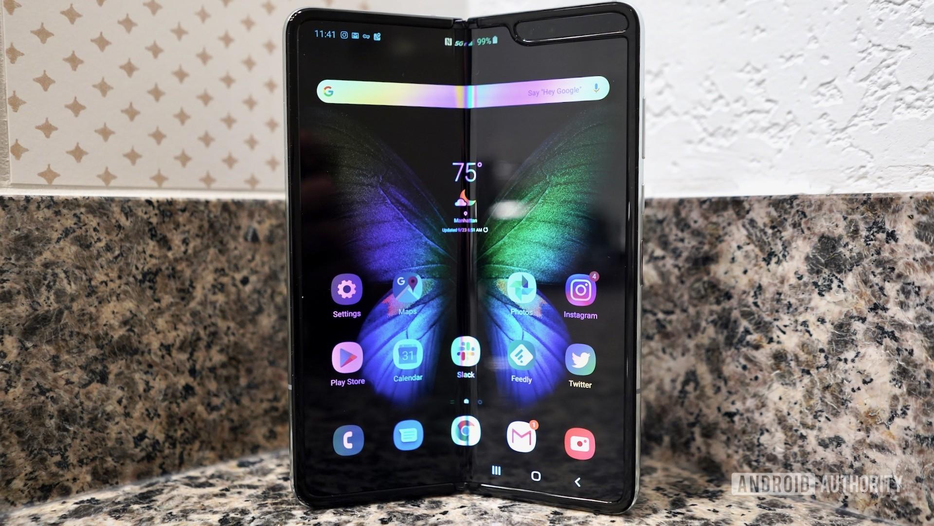 Складные телефоны могут очень легко поцарапаться, но Samsung могут исправить это в Galaxy Fold 2
